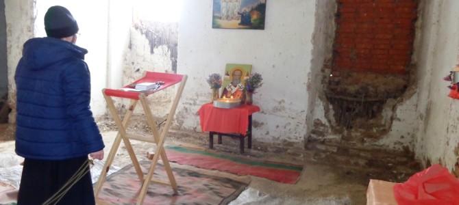 Молебен в разрушеном храме